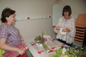travail en atelier d'art floral, avec Véronique et une adhérente
